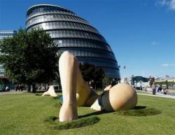 Statue eines schwimmenden Mannes durch Gras